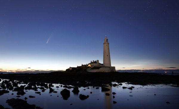 Der Komet Neowise über dem St Mary's Lighthouse in England