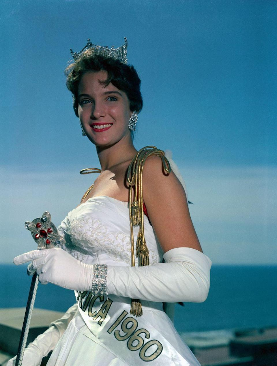 <p>Lynda Mead from Mississippi smiles for the camera in her white strapless gown—a design that, for the time, was rather risqué.</p>