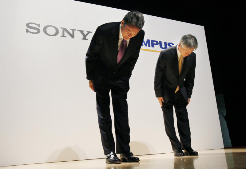 Sony Corp. President and Chief Executive Officer Kazuo Hirai, left, and Olympus Corp. President Hiroyuki Sasa bow together at the end of a joint press conference on their business deal in Tokyo Monday, Oct. 1, 2012. Japan Sony's new alliance with scandal-tarnished Olympus will produce endoscopes and other surgical tools packed with the Japanese electronics and entertainment maker's three-dimensional imagery and super-clear display technology called 4K. (AP Photo/Koji Sasahara)