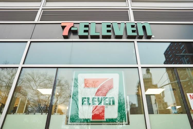 shutterstock_406791976_NEW YORK - CIRCA MARCH 2016: exterior of 7-Eleven shop. 7-Eleven (7-11) is an international chain of convenience stores, headquartered in the American city of Dallas, Texas. eleven, logo, nyc, store, 7-11, 7-eleven, american, commerce, consumption, food, goods, market, modern, ny, product, shop, supermarket, trade, urban, us, united, states, wall, window, york