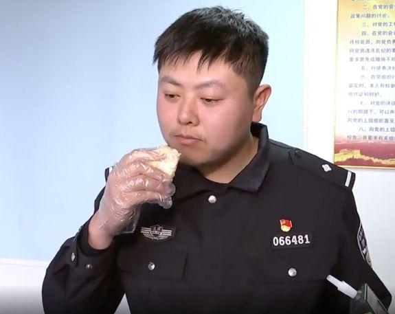 The officer tucks into a piece of durian fruit during the experiment. (Pear Video)