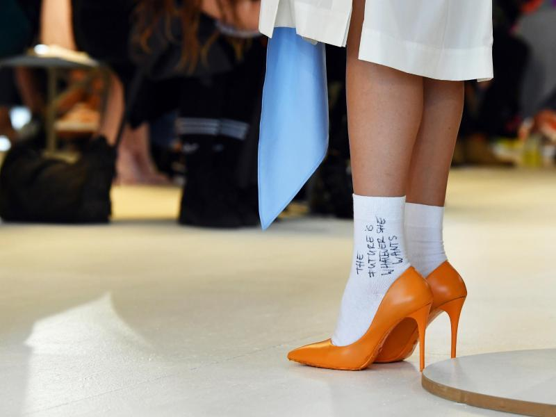 «The future is whatever she wants»: Das Label Antonia Goy setzt auf Socken in Pumps. Foto: Jens Kalaene