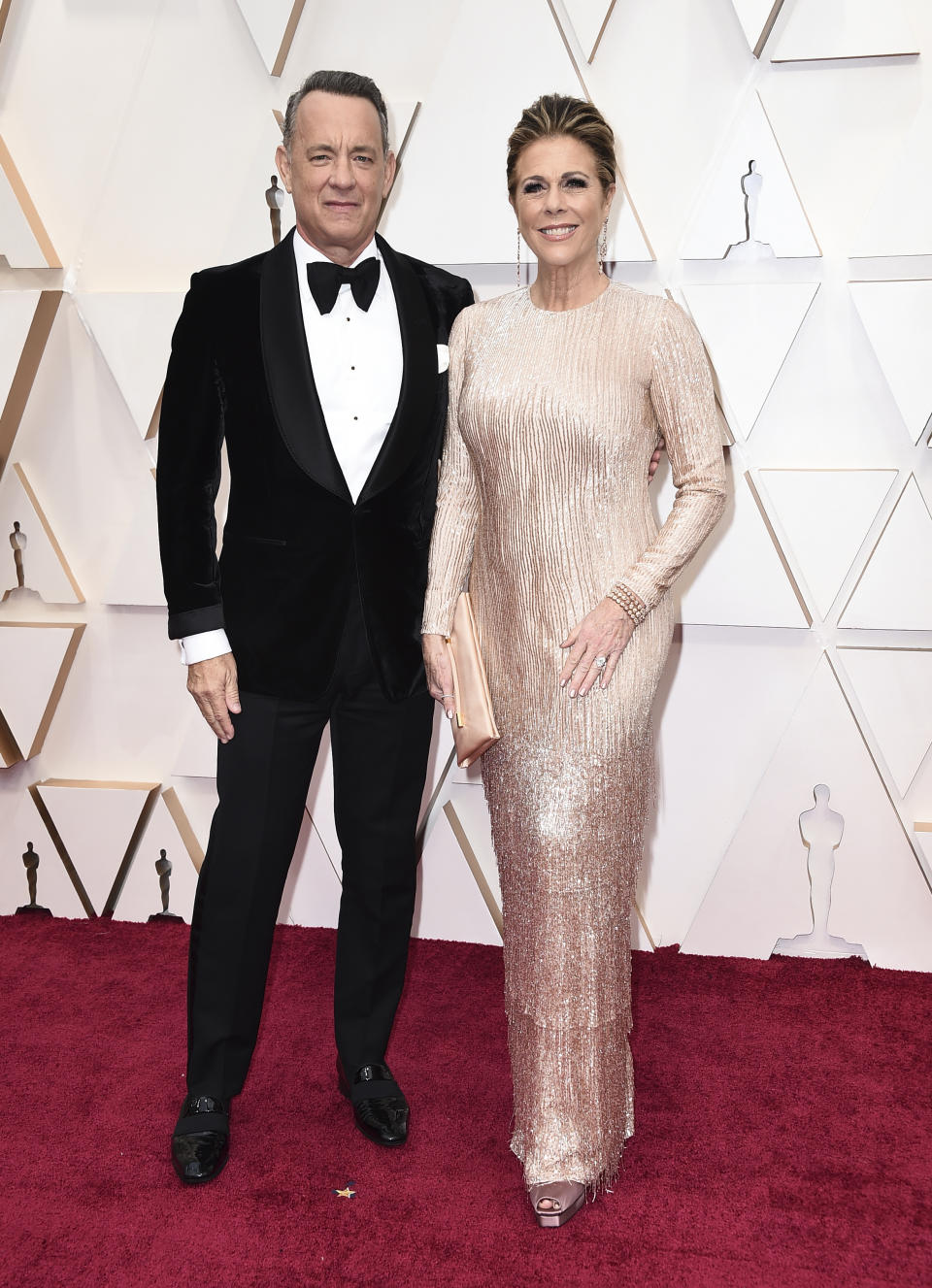 Uno de los matrimonios más longevos de Hollywood, el que forman Tom Hanks y Rita Wilson, nos retrotrajeron a los años 20 posando con estos looks ante los fotógrafos. (Foto: Jordan Strauss / Invision / AP).