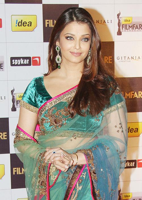 <b>10.Aishwarya Rai Bachchan: </b>Although criticized for her weight gain post pregnancy, this new mommy does not shy away from embracing new trends and styles.