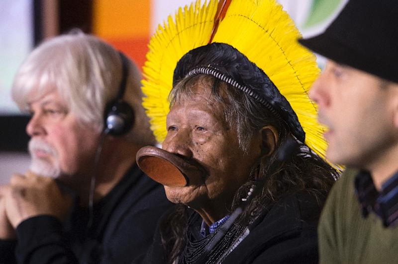 Paul Watson (L) of the Sea Shepherd conservation group, Kayapo chief Raoni Metuktire (C) of Brazil, and Gert-Peter Bruch of Amazon Planet (R) help drive discussion on December 10, 2015 at the COP21 climate summit in Paris (AFP Photo/Miguel Medina)