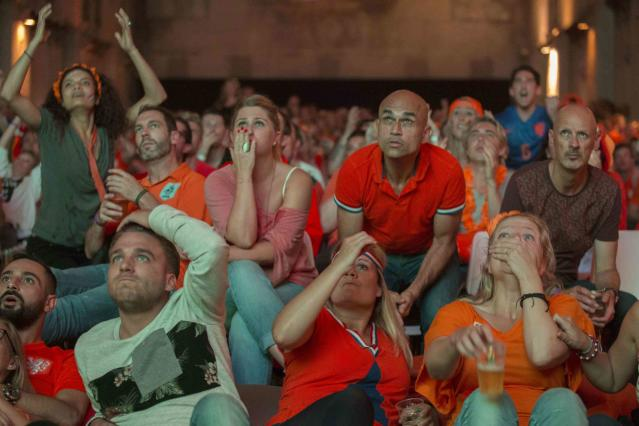 Dutch fans react as they watch Netherlands' 2014 World Cup semi-final soccer match against Argentina, at a public screening in Amsterdam July 9, 2014.REUTERS/Cris Toala Olivares (NETHERLANDS - Tags: SPORT SOCCER WORLD CUP)
