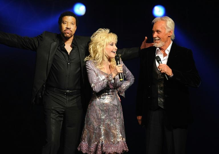 """Kenny Rogers, pictured with Lionel Richie and Dolly Parton, sang a wildly popular duet with the country diva, """"Islands in the Stream"""" (AFP Photo/Rick Diamond)"""