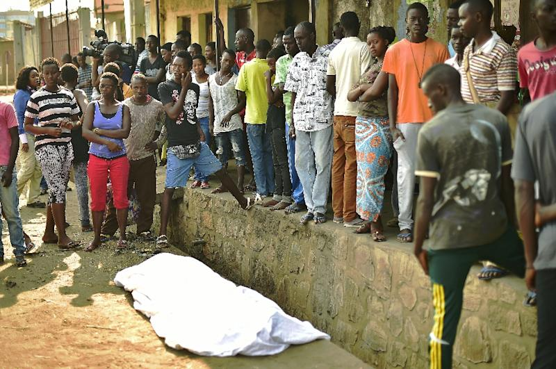 People gather around the body of a man shot dead in the Nyakabiga neighborhood of Bujumbura on July 21, 2015 (AFP Photo/Carl De Souza)