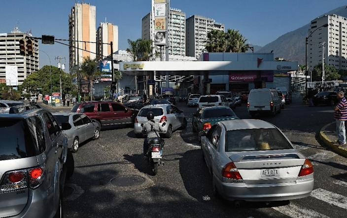 People queue in their vehicles at a gas station during a power outage in Caracas on March 26, 2019 (AFP Photo/Federico PARRA)