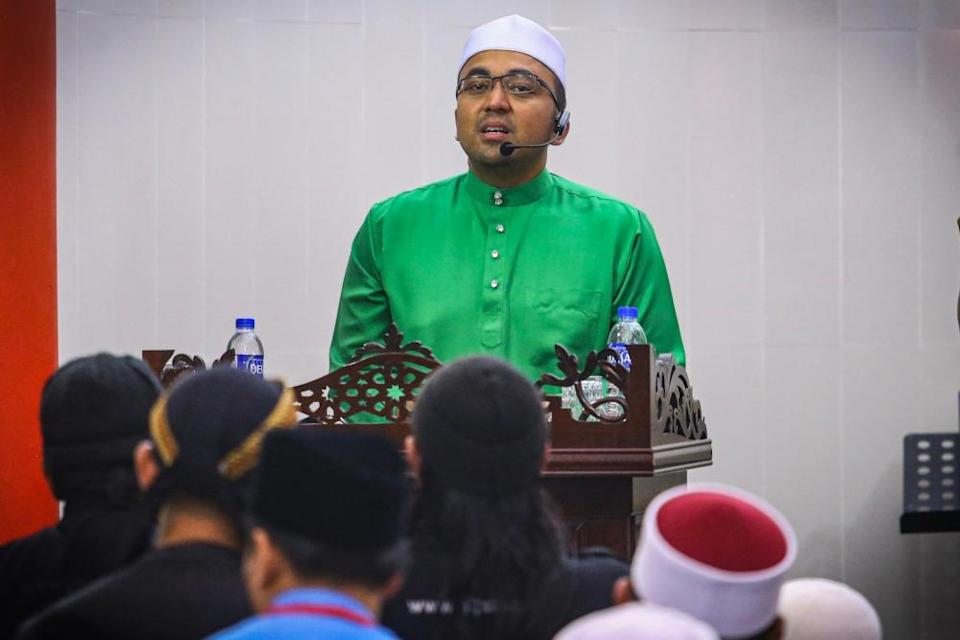 Datuk Mohd Rafiq Naizamohideen gives a speech after Isyak prayers at the Chinese Mosque in Melaka in this file picture taken on September 7, 2019. — Picture by Hari Anggara