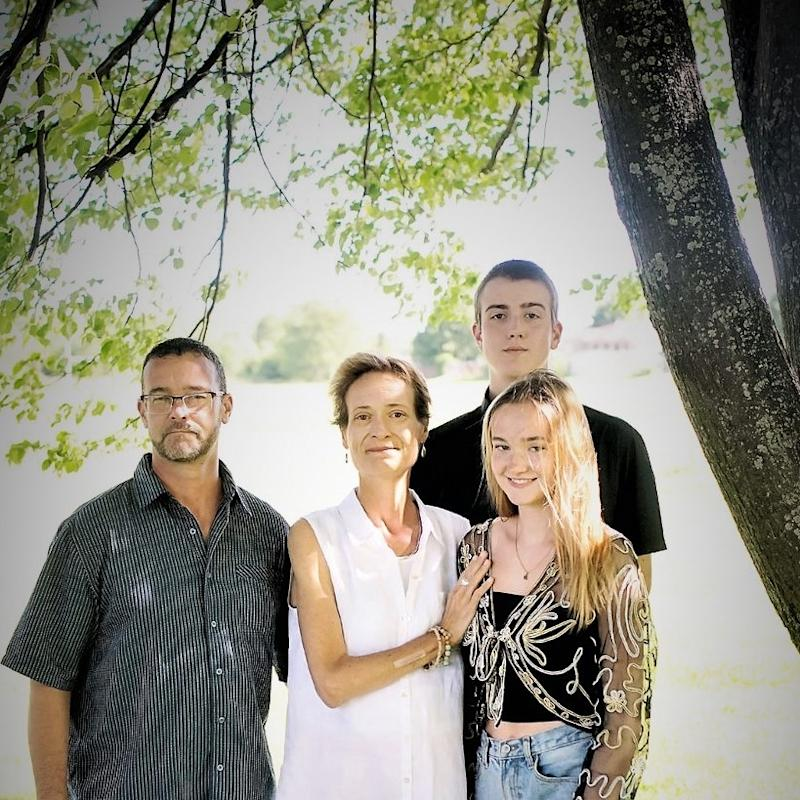 Leanne Blyth, her husband Rob Yagrines (left) and family. Image via Facebook.
