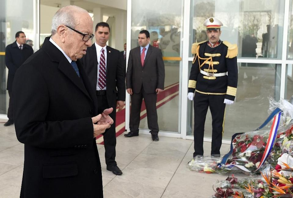 Tunisian President Beji Caid Essebsi (L) prays after laying a wreath at the entrance of the National Bardo Museum in Tunis on March 22, 2015 in tribute to the victims of the attack claimed by the Islamic State group (AFP Photo/Fethi Belaid)