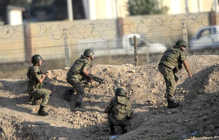 Turkish soldiers take position near the Akcakale crossing gate between Turkey and Syria on June 15, 2015 (AFP Photo/Bulent Kilic)