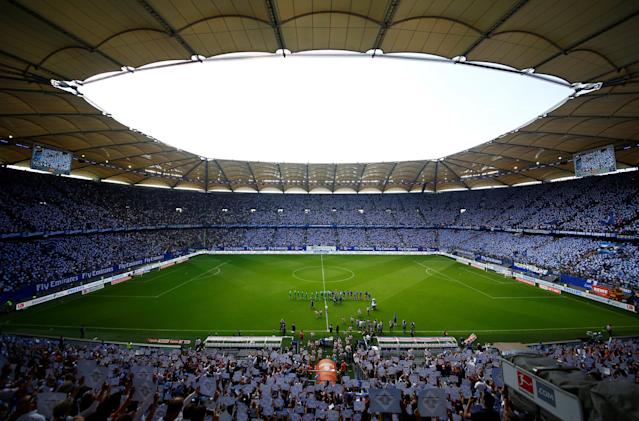Soccer Football - Bundesliga - Hamburger SV v Borussia Moenchengladbach - Volksparkstadion, Hamburg, Germany - May 12, 2018 General view of the teams lined up before the match REUTERS/Morris Mac Matzen DFL RULES TO LIMIT THE ONLINE USAGE DURING MATCH TIME TO 15 PICTURES PER GAME. IMAGE SEQUENCES TO SIMULATE VIDEO IS NOT ALLOWED AT ANY TIME. FOR FURTHER QUERIES PLEASE CONTACT DFL DIRECTLY AT + 49 69 650050
