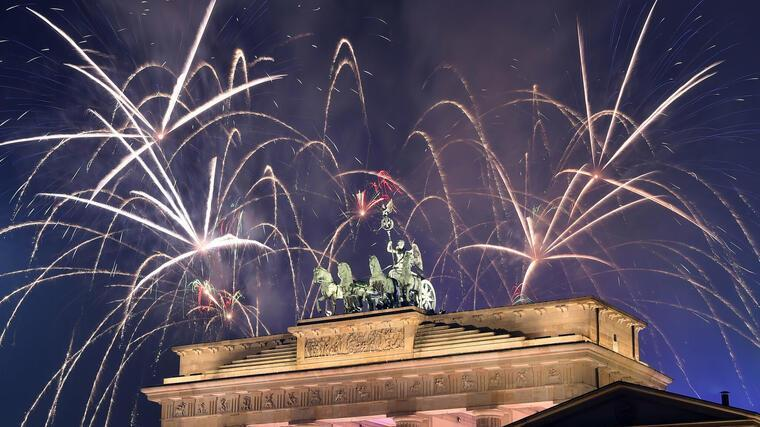 Silvesterfeuerwerk am Brandenburger Tor in Berlin. Foto: dpa