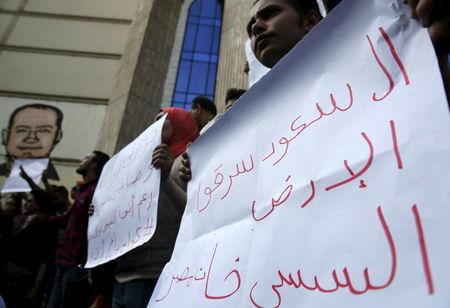 Protesters demand fall of Egypt government over islands deal
