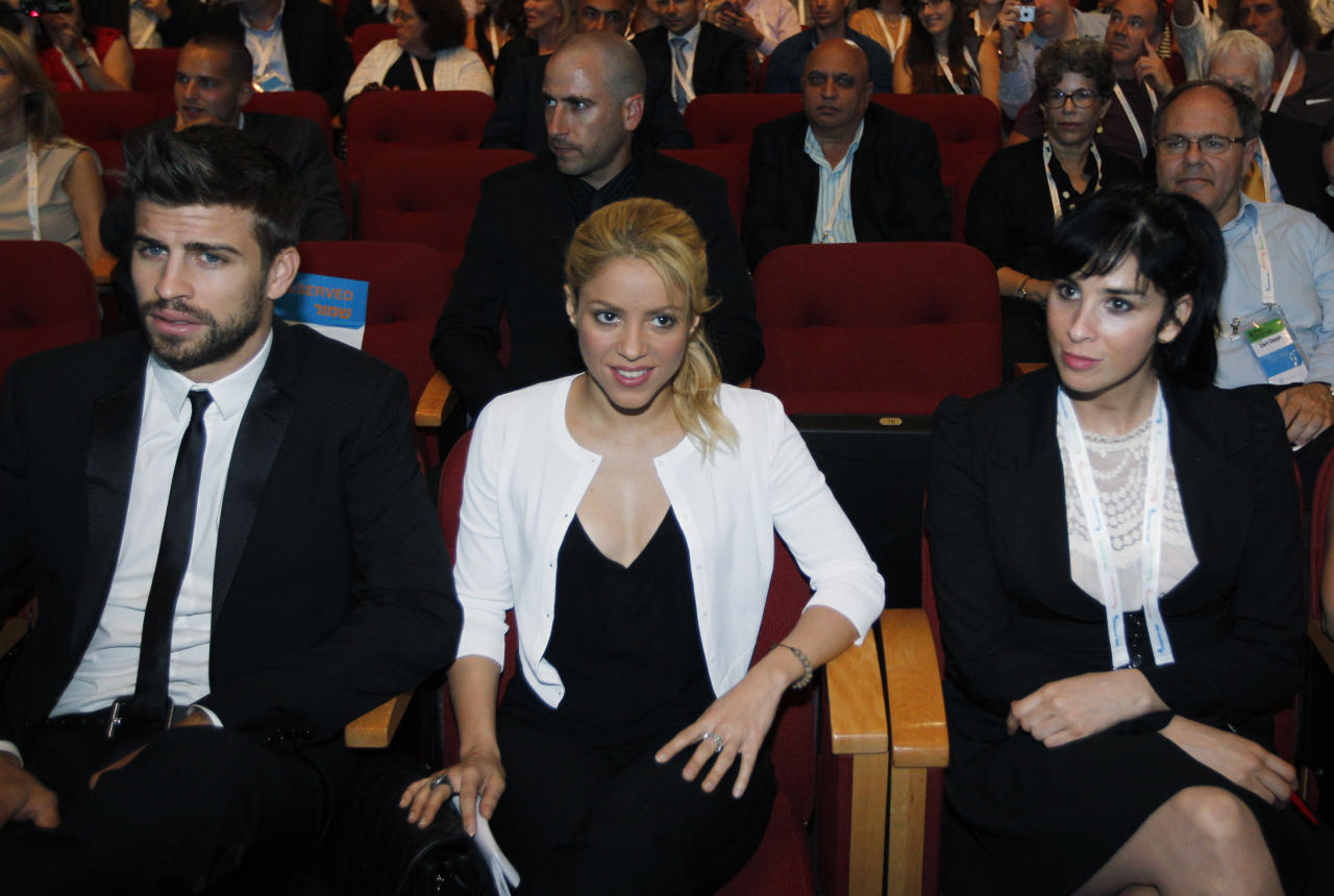 JERUSALEM, ISRAEL - JUNE 21:  Colombian singer Shakira (C) sits with her boyfriend FC Barcelona Gerard Pique (L) and comedian Sarah Silverman during a plenary session at the President's Conference June 21, 2011 in Jerusalem, Israel. Shakira, a UN Goodwill Ambassador, was at the conference to promote childrens Education.  (Photo by Tara Todras Whitehill-Pool/Getty Images)