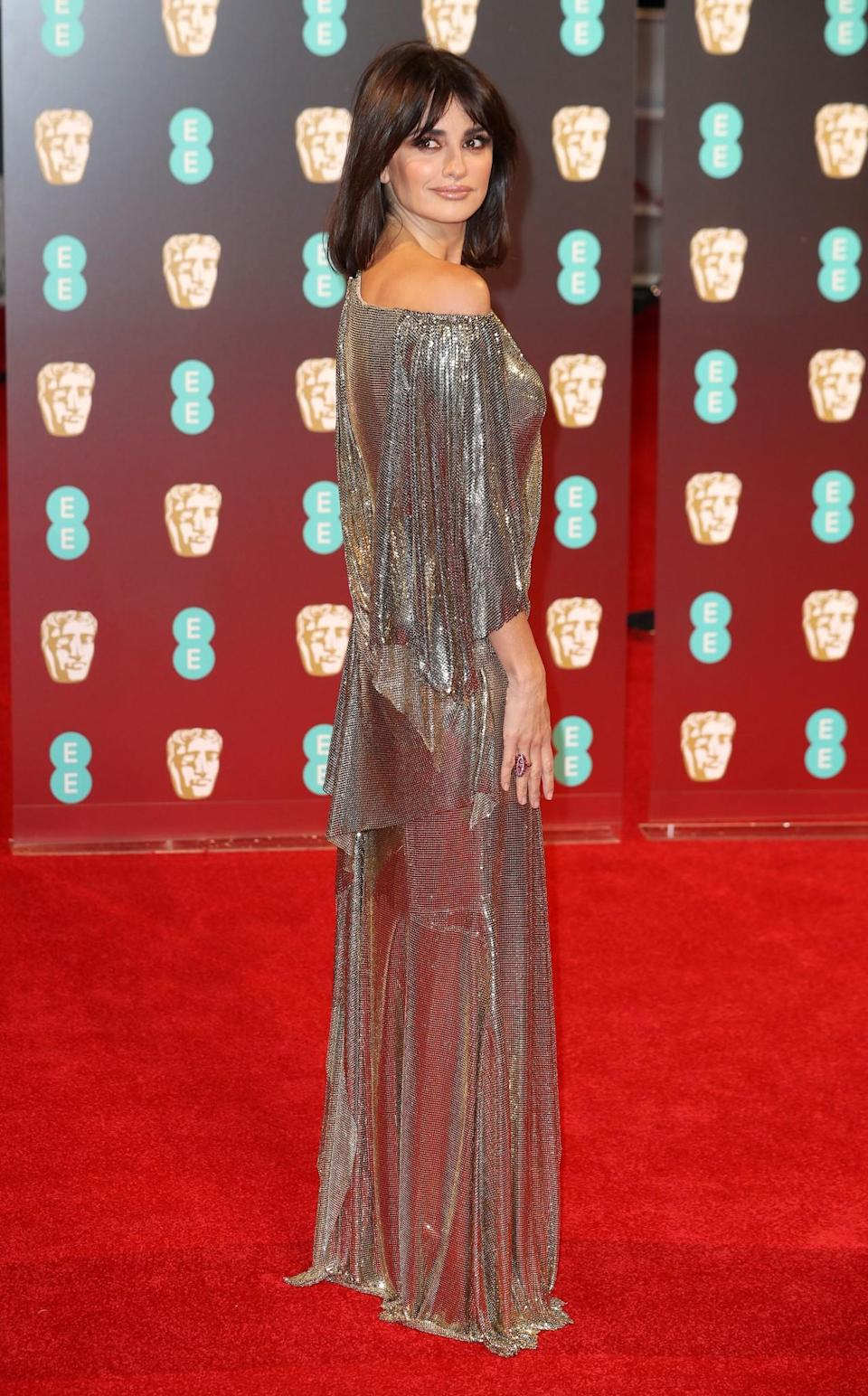 <p>Penelope showed off a new do while wearing a striking golden chainmail dress by Versace. <i>[Photo: Getty]</i> </p>