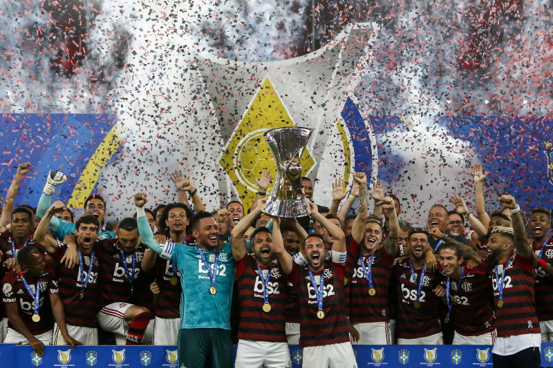 RIO DE JANEIRO, BRAZIL - NOVEMBER 27: (L-R) Diego Alves, Diego and Éverton Ribeiro of Flamengo lift the trophy after winning the Brasileirao 2019 after the match against Ceará at Maracana Stadium on November 27, 2019 in Rio de Janeiro, Brazil. (Photo by Bruna Prado/Getty Images)