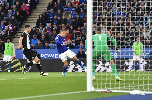 Jamie Vardy scores his first goal of the game. (Credit: Getty Images)