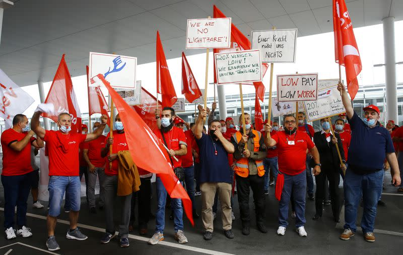 Hundreds of Zurich airport workers protest over wages