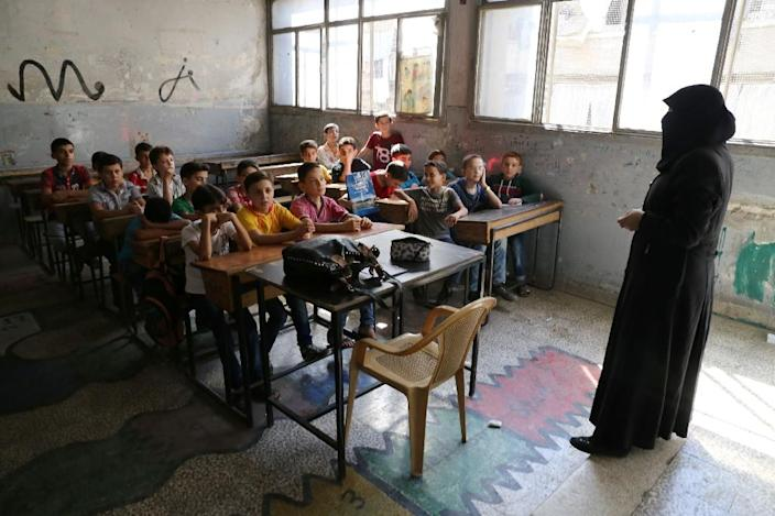 Syrian pupils sit in a classroom on October 4, 2015 at a primary school in the northern city of Aleppo as the new school year starts (AFP Photo/Baraa al-Halabi)