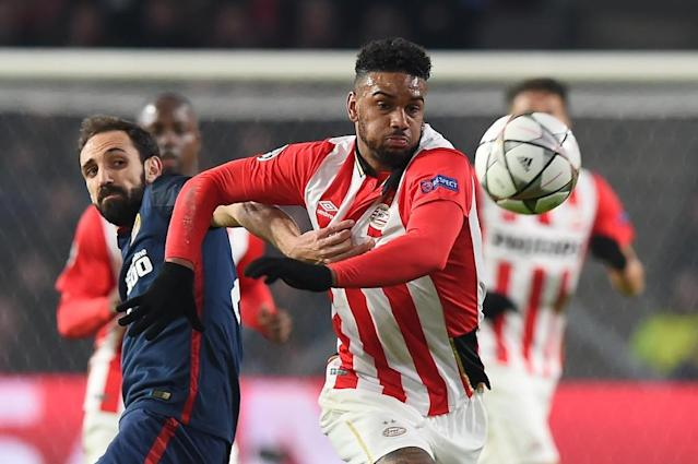 PSV Eindhoven's forward Jurgen Locadia (R) evades Atletico Madrid's defender Juanfran during the UEFA Champions League round of 16 first leg football match between PSV Eindhoven and Atletico Madrid in February 2016 (AFP Photo/EMMANUEL DUNAND)