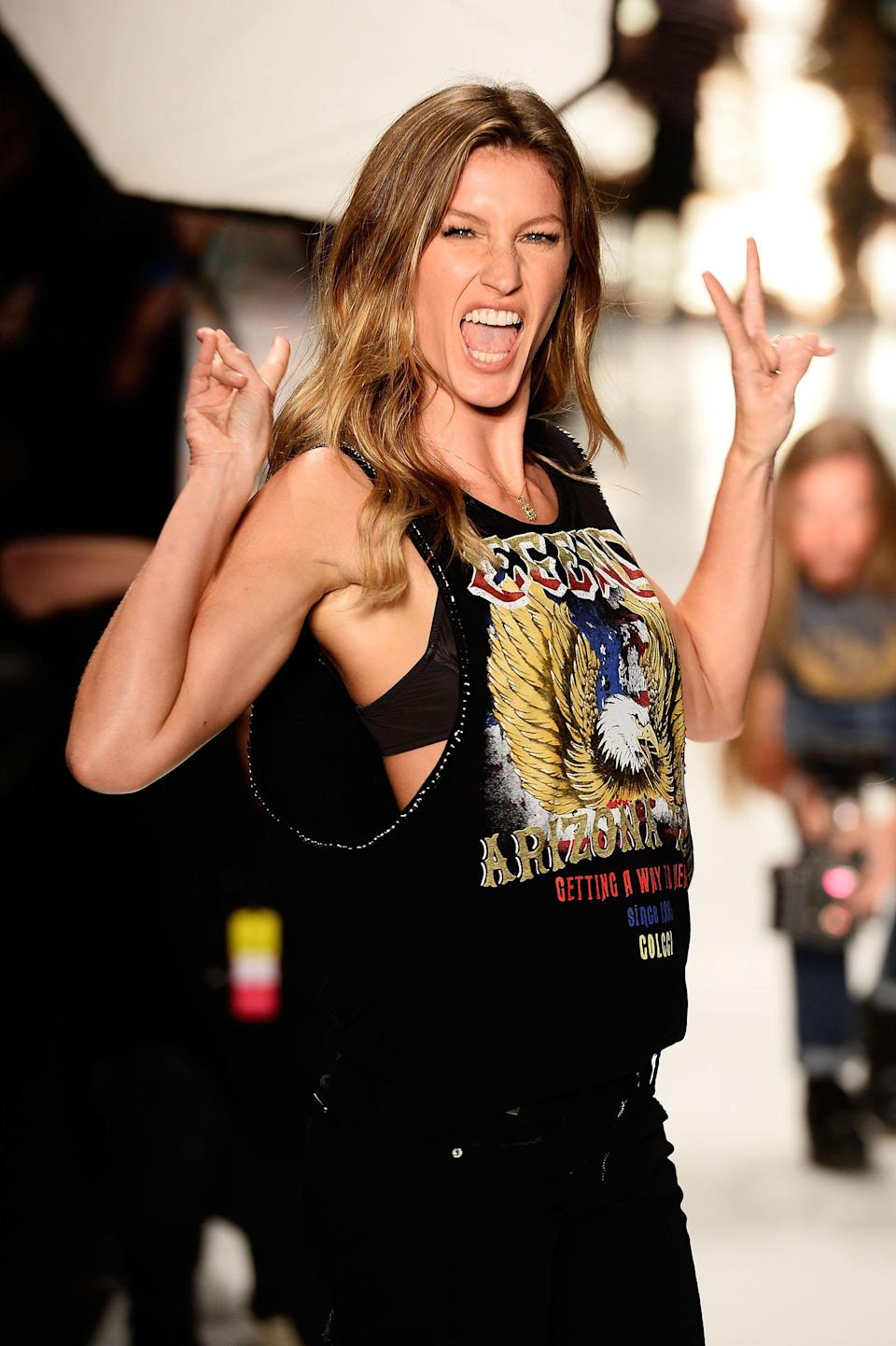 <p>An almost identical shot of Gisele was taken when she walked on the runway for Colcci's winter collection that same year. (Photo: Getty Images) </p>