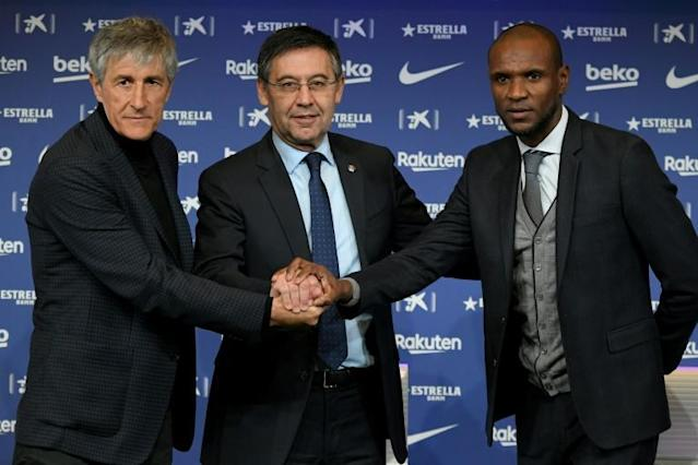 Barcelona's new coach Quique Setien (left) poses with club president Josep Maria Bartomeu (centre) and sporting director Eric Abidal (right) during his official presentation on Tuesday. (AFP Photo/LLUIS GENE)