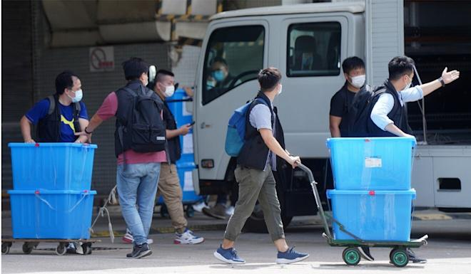 Police remove materials from the Apple Daily offices. Photo: Sam Tsang