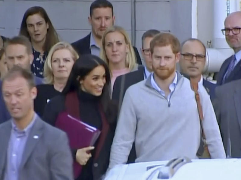 Harry, Meghan and bump greeted in Australia