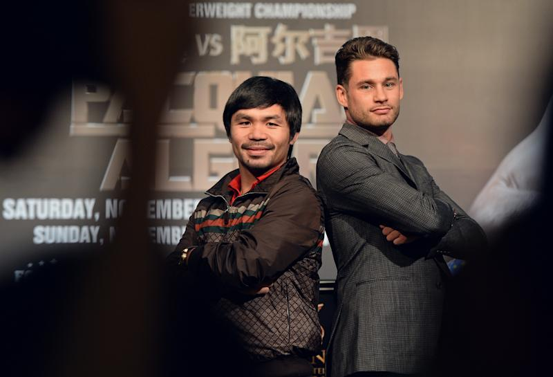 Philippine boxing icon Manny Pacquiao (L) and Chris Algieri (R) pose for photographs during a pre-fight press conference in Macau, August 25, 2014 (AFP Photo/Dale de la Rey)