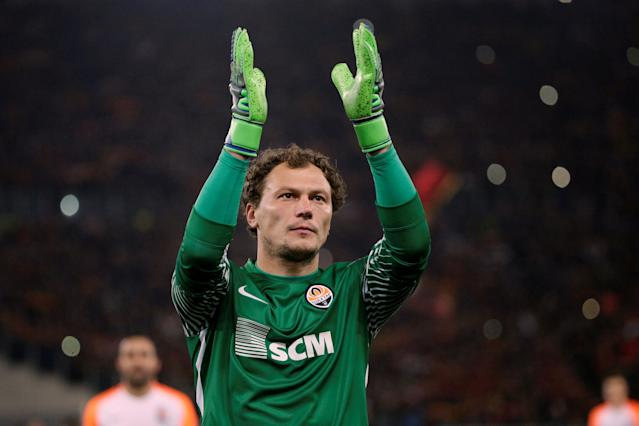 Soccer Football - Champions League Round of 16 Second Leg - AS Roma vs Shakhtar Donetsk - Stadio Olimpico, Rome, Italy - March 13, 2018 Shakhtar Donetsk's Andriy Pyatov applauds the fans after the match REUTERS/Max Rossi