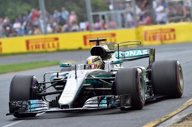 Mercedes' British driver Lewis Hamilton powers through a corner during the qualifying session for the Formula One Australian Grand Prix in Melbourne on March 25, 2017 (AFP Photo/Paul CROCK)