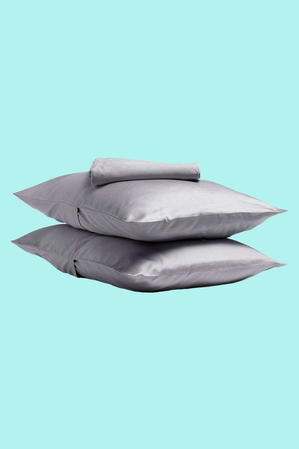 "<p><strong>Parachute</strong></p><p>parachutehome.com</p><p><strong>$129.00</strong></p><p><a href=""https://go.redirectingat.com?id=74968X1596630&url=https%3A%2F%2Fwww.parachutehome.com%2Fproducts%2Fsateen-sheet-set&sref=https%3A%2F%2Fwww.goodhousekeeping.com%2Fhome-products%2Fbest-sheets%2Fg27815306%2Fsoftest-bed-sheets%2F"" rel=""nofollow noopener"" target=""_blank"" data-ylk=""slk:Shop Now"" class=""link rapid-noclick-resp"">Shop Now</a></p><p>It's hard to know whether you'll like sleeping on sheets until you have a chance to try them at home so <strong>Parachute offers a 90-day trial period with free returns for any reason, even if they're used.</strong> You can also buy a <a href=""https://go.redirectingat.com?id=74968X1596630&url=https%3A%2F%2Fwww.parachutehome.com%2Fcollections%2Ffabric-swatches&sref=https%3A%2F%2Fwww.goodhousekeeping.com%2Fhome-products%2Fbest-sheets%2Fg27815306%2Fsoftest-bed-sheets%2F"" rel=""nofollow noopener"" target=""_blank"" data-ylk=""slk:swatch"" class=""link rapid-noclick-resp"">swatch</a> for $3 ahead of time if you want to feel the fabric before you order the set. </p><p>This Egyptian cotton sateen fabric had a higher softness score than some of its <a href=""https://www.goodhousekeeping.com/home-products/best-sheets/a27323978/brooklinen-vs-parachute-sheets/"" rel=""nofollow noopener"" target=""_blank"" data-ylk=""slk:online competitors"" class=""link rapid-noclick-resp"">online competitors</a>, and though it looked wrinkled after we washed it, the sheets were virtually pill-free in our tests. You also can choose to buy this set with or without a <a href=""https://www.goodhousekeeping.com/home/a22874631/its-time-to-say-goodbye-to-top-sheets-forever/"" rel=""nofollow noopener"" target=""_blank"" data-ylk=""slk:top sheet"" class=""link rapid-noclick-resp"">top sheet</a>. </p>"