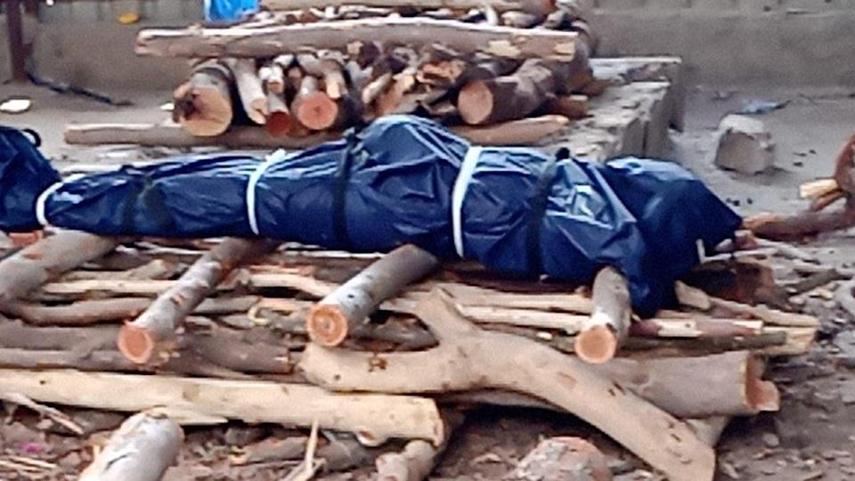 """<div class=""""paragraphs""""><p>A body of a COVID-19 victim in Hyderabad kept for cremation on a pyre. </p></div>"""