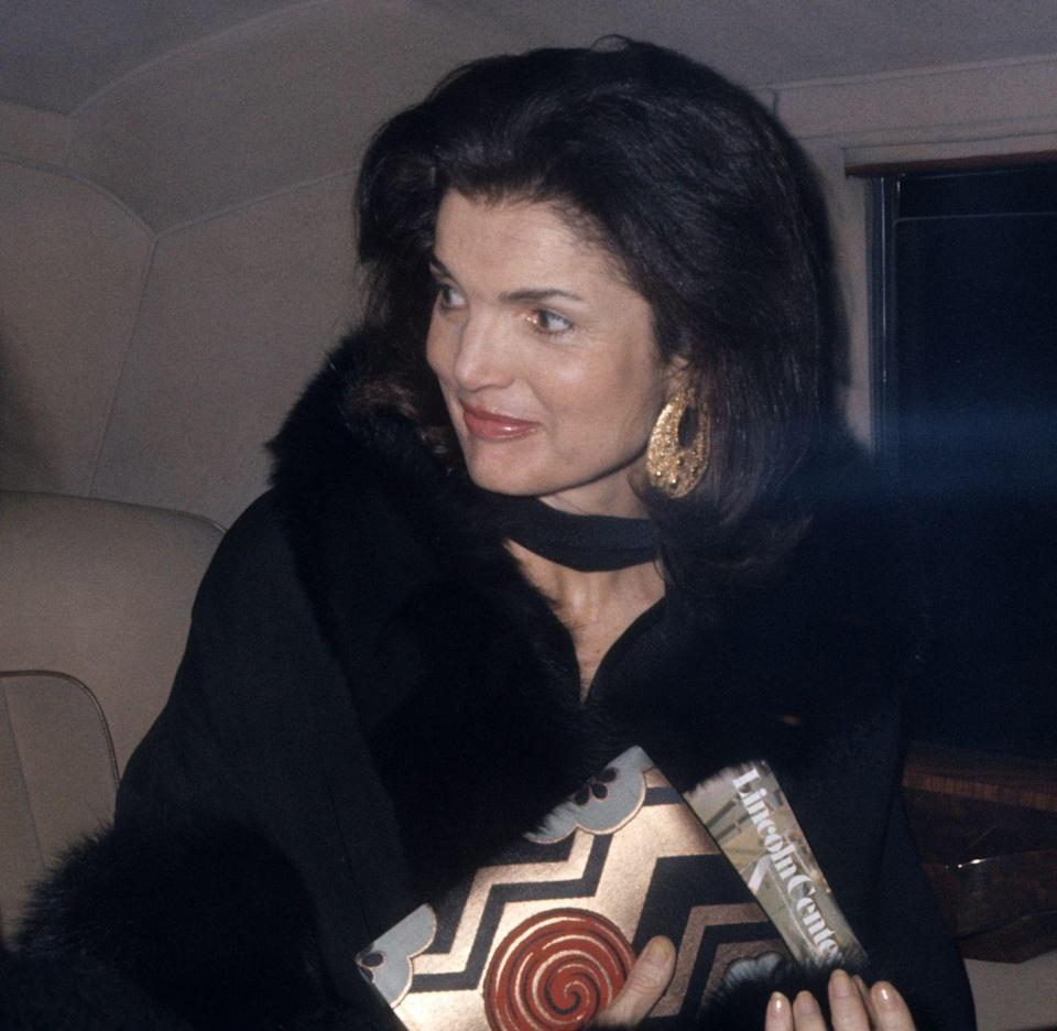 <p>Jackie arrives at the Metropolitan Opera House. </p>