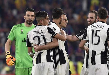 Football Soccer - Juventus v FC Barcelona - UEFA Champions League Quarter Final First Leg - Juventus Stadium, Turin, Italy - 11/4/17 Juventus' Paulo Dybala celebrates after the match with team mates Reuters / Giorgio Perottino Livepic - RTX355EI