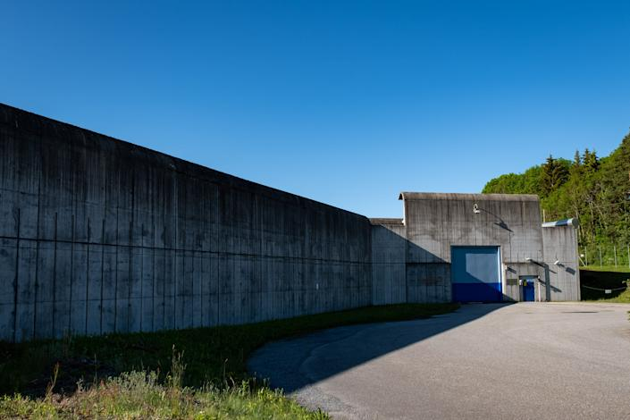 The entrance to Ringerike. For all its picturesque charm, the prison is still encircled with 23-foot concrete walls. (Photo: SVT/John Stark)