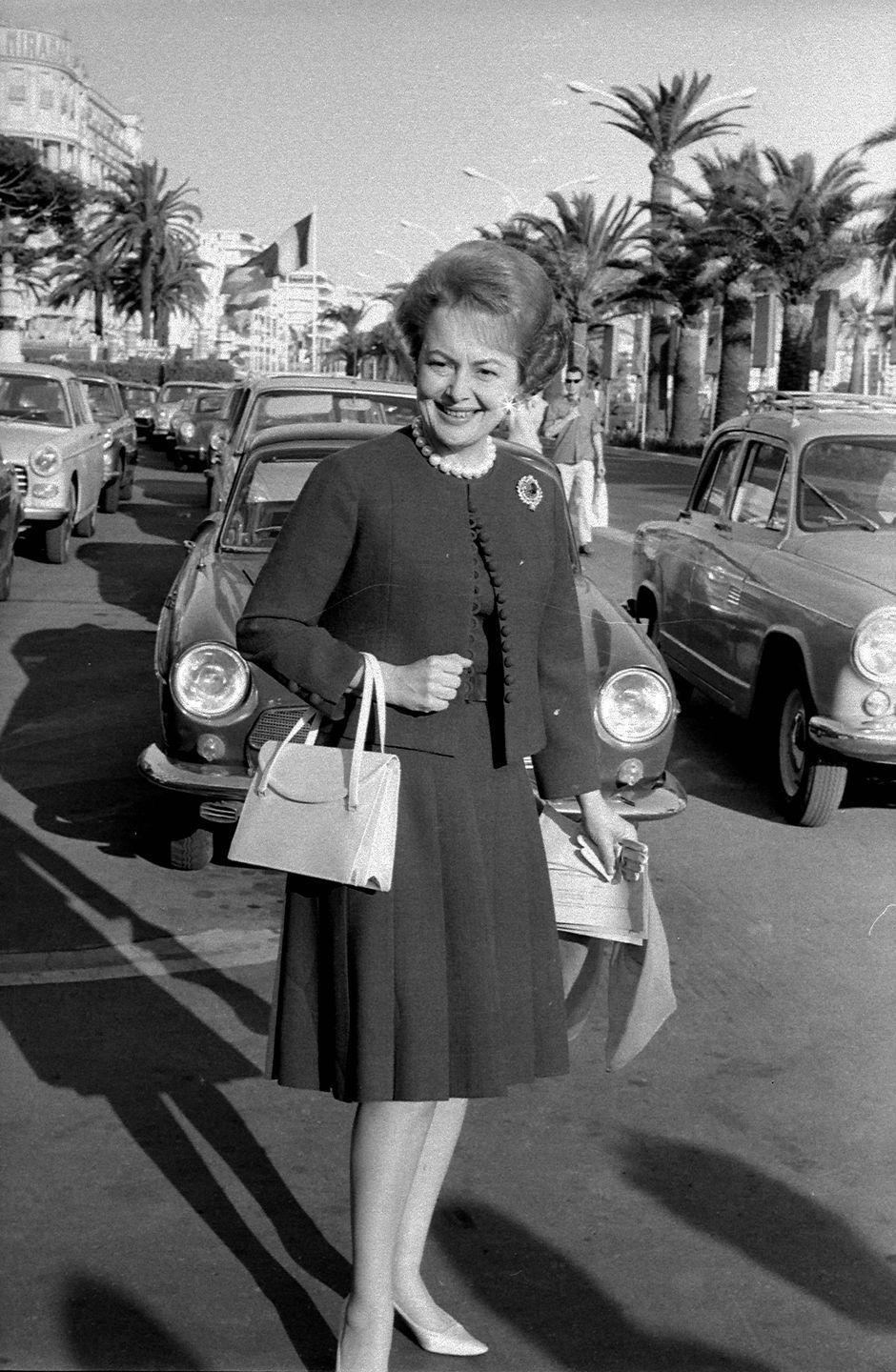 <p>Olivia showing off a rather chic outfit in 1965.</p>