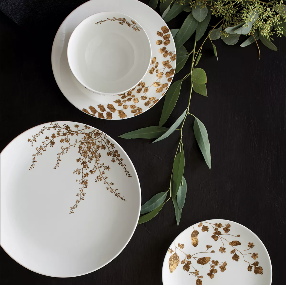 "<p><strong>Vera Wang x Wedgwood</strong></p><p>bloomingdales.com</p><p><strong>$84.00</strong></p><p><a href=""https://go.redirectingat.com?id=74968X1596630&url=https%3A%2F%2Fwww.bloomingdales.com%2Fshop%2Fproduct%2Fvera-wang-wedgwood-vera-jardin-4-piece-place-setting%3FID%3D2894209&sref=https%3A%2F%2Fwww.housebeautiful.com%2Fentertaining%2Fholidays-celebrations%2Fg22778748%2Fthanksgiving-dinnerware%2F"" rel=""nofollow noopener"" target=""_blank"" data-ylk=""slk:BUY NOW"" class=""link rapid-noclick-resp"">BUY NOW</a></p><p>Keep it simple, delicate, and formal with this white dinnerware set adorned with gold foil botanical prints. </p>"