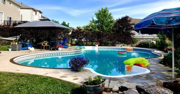Sarah Horton rents out her backyard swimming pool on Swimply to help make some extra income. (Sarah Horton/Swimply - image credit)
