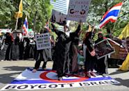 Thai Muslim protesters gather to mark International Quds days in front of the Israeli embassy in Bangkok on July 10, 2015 (AFP Photo/Pornchai Kittiwongsakul)