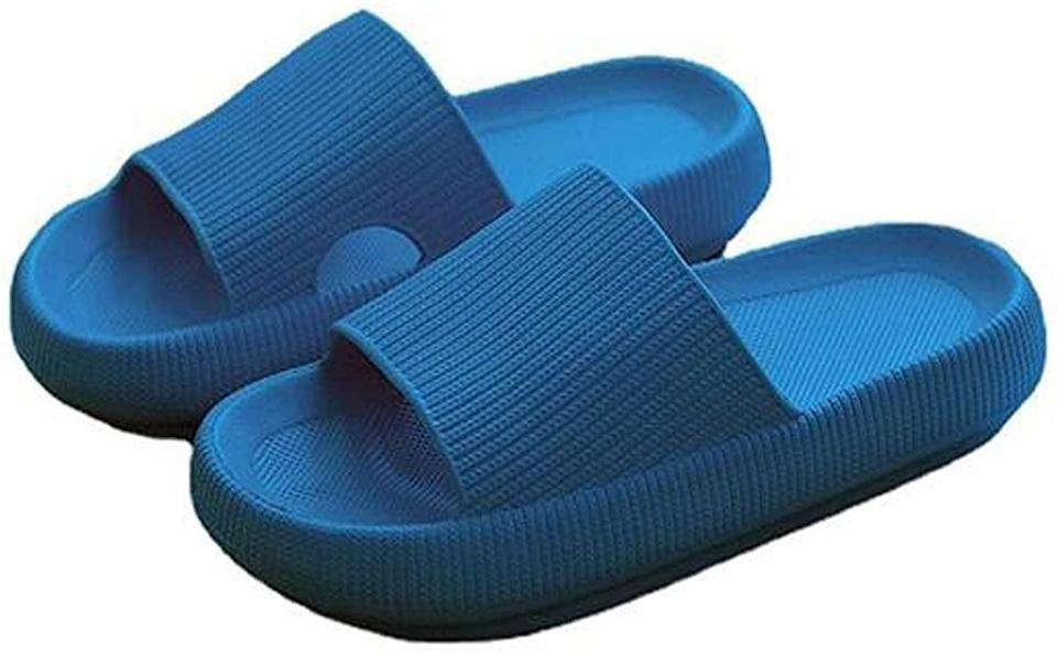 <p><span>Pillow Slides Slippers in Blue</span> ($20)</p>
