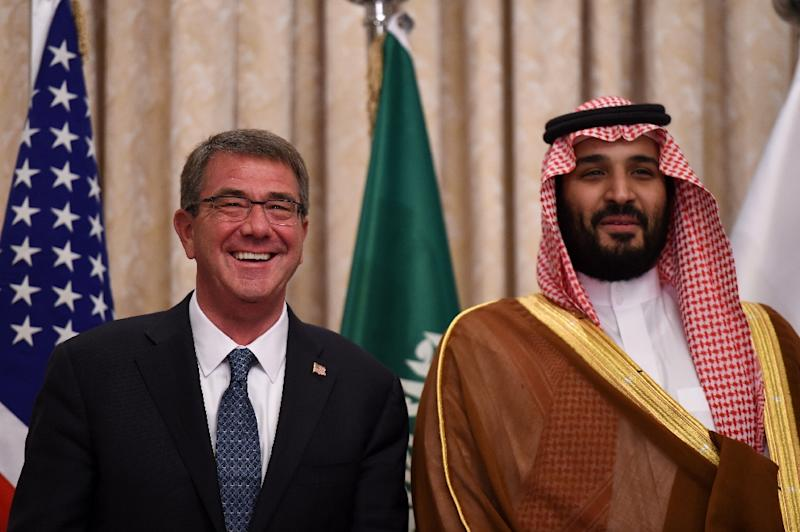 Saudi Defence Minister and Deputy Crown Prince, Mohammed bin Salman (R) and with US Secretary of Defense Ashton Carter (L) pose in Riyadh, on April 20, 2016