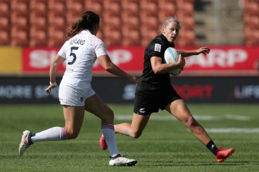 New Zealand's Kelly Brazier (R) looks for a way past England's Helena Rowland during day one of the HSBC World Rugby Sevens series