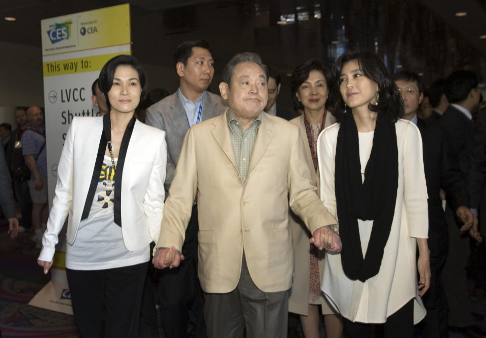 Samsung Electronics chairman Lee Kun-hee with daughters Lee Boo-jin (R) and Lee Seo-hyun. Photo: Reuters