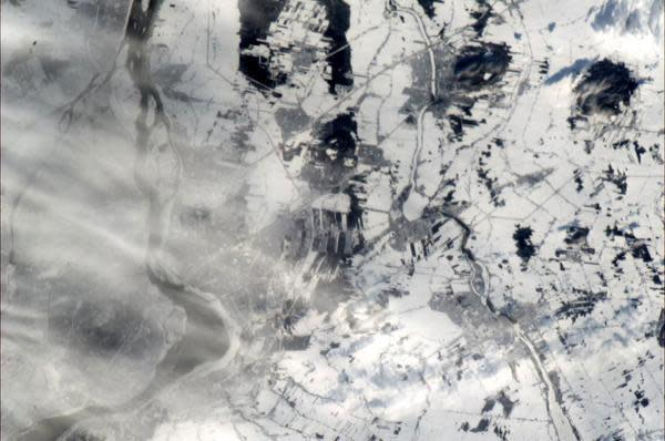 Montreal South Shore, in snow (and a trace of cloud) - how it looked today from ISS, 30 Dec at 12:40