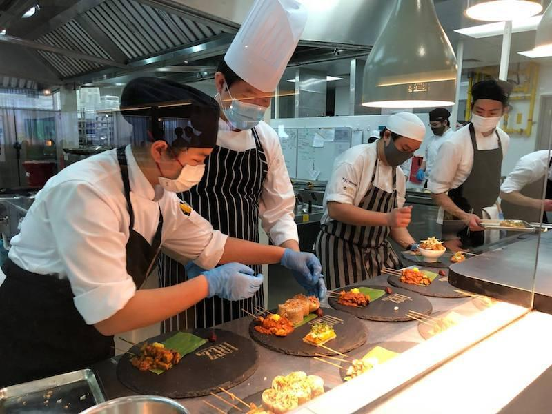 Chef instructors and students working at L'Rez