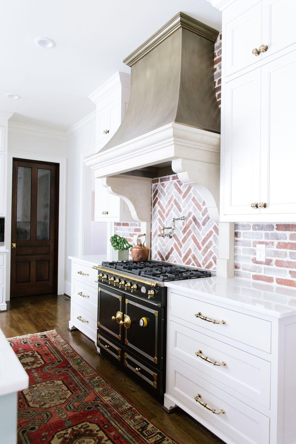 """<p>Looking for a backsplash alternative to typical subway tile? """"For 2020, we love the refined, rustic style that brick can bring to the kitchen,"""" says designer <a href=""""https://carolinebrackettdesign.com/"""" rel=""""nofollow noopener"""" target=""""_blank"""" data-ylk=""""slk:Caroline Brackett"""" class=""""link rapid-noclick-resp"""">Caroline Brackett</a>. """"If the heaviness of a red brick feels a little too daunting, try white-washing a few of the bricks to brighten up the space.""""</p>"""